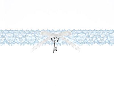 Kousenband licht blauw kant wit strikje en sleuteltje